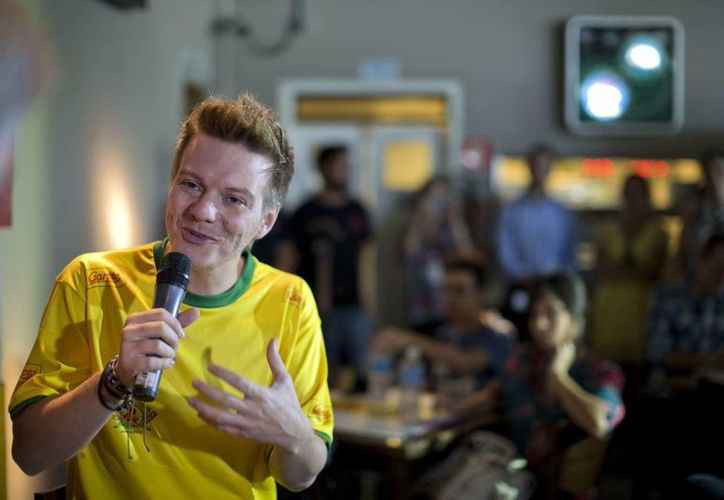 Aunque el cantante Michel Teló llegó a la presentación vestido con una camiseta de la selección brasileña, evitó mostrar sus aptitudes con el balón porque, según dijo, no tenía los zapatos adecuados. (EFE)