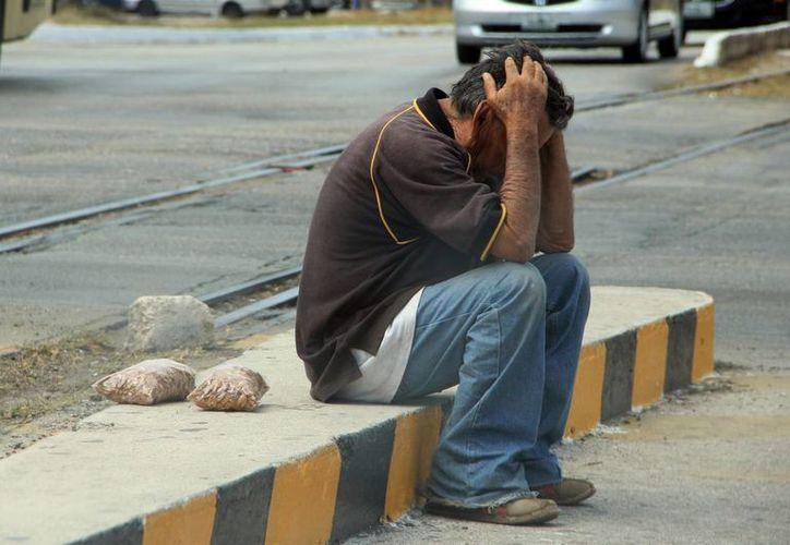 En 2015 sumaron mil 454 casos de depresión, de los cuales mil 164 son en mujeres y 290 en varones. Imagen de un hombre sentado en una banqueta con actitud de preocupación. (Archivo/SIPSE)