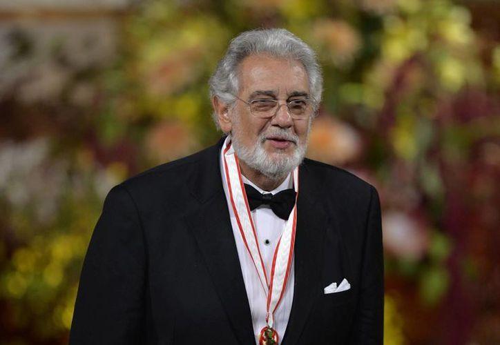 El tenor español Plácido Domingo al recibir el máximo galardón de las artes en Japón, el Praemium Imperiale, durante una ceremonia celebrada en Tokio. (EFE)