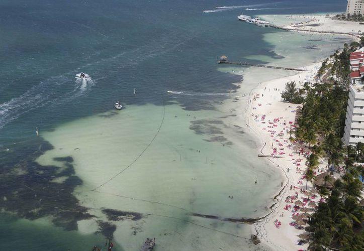 Cientos de turistas eligen Cancún para vacacionar. (Israel Leal/SIPSE)
