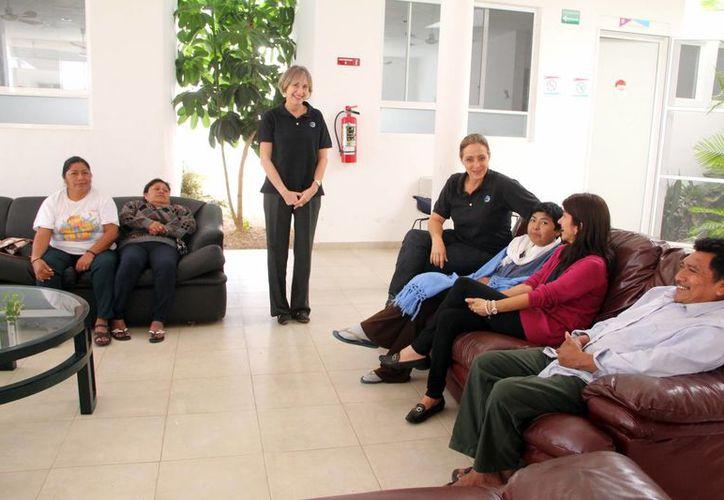 Las personas pueden descansar y alimentarse en el albergue, mientras sus familiares se encuentran hospitalizados. Imagen de la sala del lugar con las voluntarias del lugar. (Milenio Novedades)