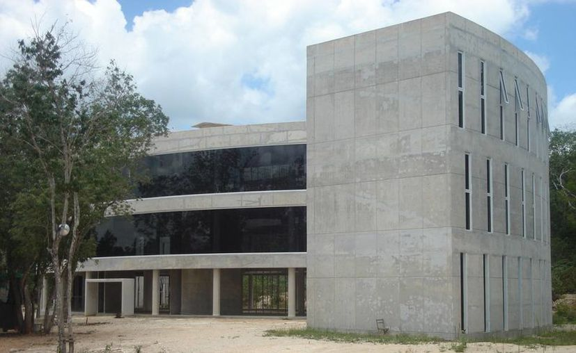 Las instalaciones aún carecen de vidrios, mobiliario interno, elevador, sistema de iluminación y exteriores. (Carlos Yabur/SIPSE)
