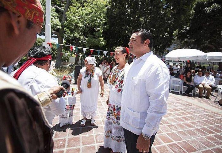 Imagen del Alcalde de Mérida en una de sus actividades en Los Angeles, EU. (@RenanBarrera)