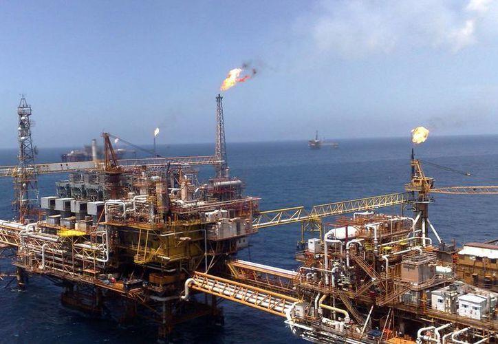 México registra una considerable caída en su extracción de petróleo desde hace varios años. Imagen de una plataforma en la Sonda de Campeche, el (Foto: expresocampeche.com)
