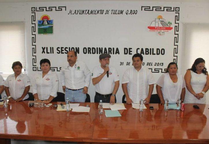 El alcalde y funcionarios durante la Cuadragésima Segunda Sesión de Cabildo. (Redacción/SIPSE)
