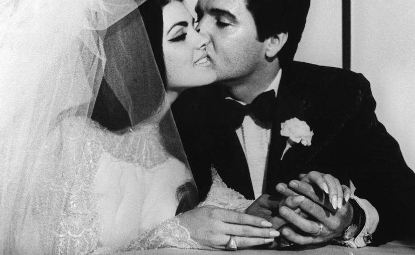 Con el estudio del ADN de Elvis Presley (en la foto en su boda con Priscilla), inicia una serie de televisión que revisa el código genético de personalidades muertas, como Marilyn Monroe, Hitler y el Rey Jorge III. (EFE/Archivo)
