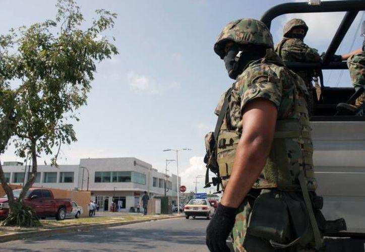 Elementos castrenses sitiaron la avenida Álvaro Obregón e Independencia. (SIPSE)