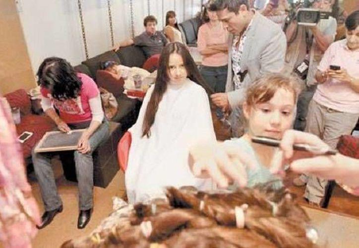 En el mercado, las pelucas oncológicas elaboradas con cabello natural llegan a costar 25 mil pesos, por lo que fundación Rizos de Amor y Alegría AC llevó a cabo una jornada de donación de cabello. (Milenio)