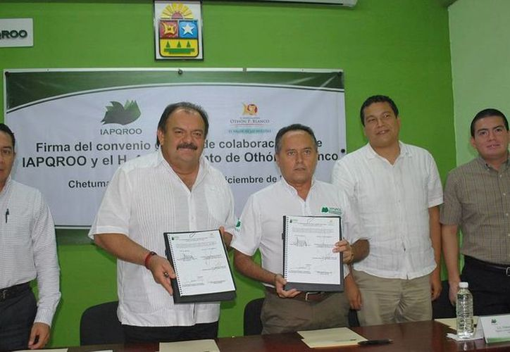Representantes del Ayuntamiento othonense y del Iapqroo formalizaron el convenio de colaboración. (Cortesía/SIPSE)