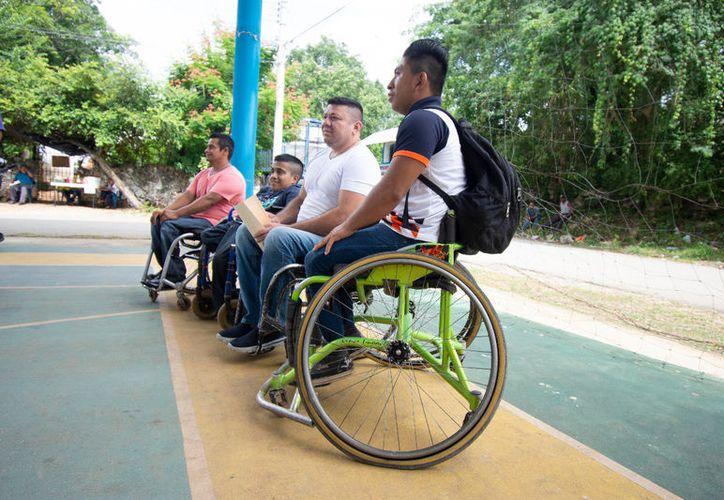 Personas en sillas de ruedas, de José María Morelos, buscan poder transportarse sin sufrir discriminación. (Alejandro Poot/SIPSE)