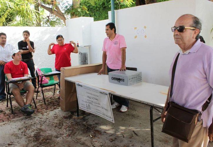 José Car los González Anguiano (derecha), antes de votar el pasado domingo. (Adrián Barreto/SIPSE)