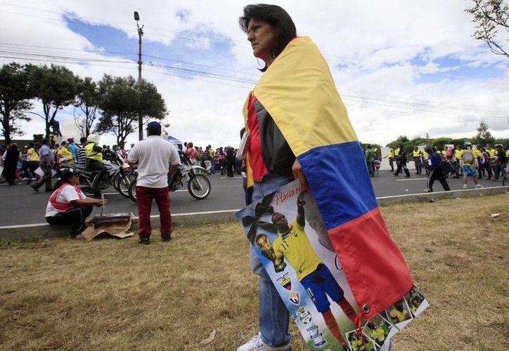 Aunque el entierro fue privado, cientos de aficionados se dieron cita a las afueras del cementerio Monte Olivo, en Quito. (Agencias)