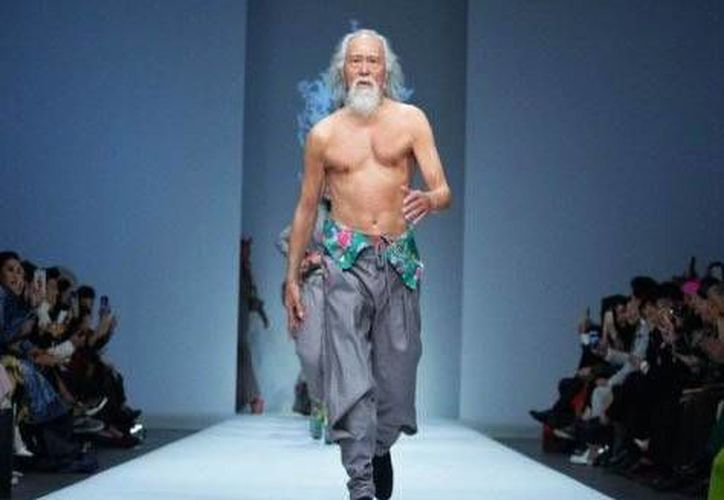 El modelo fue nombrado como 'el abuelo más sexy' en China, debido a su tardío debut en el mundo de las pasarelas.(Foto tomada de Facebook Kai Fu-Lee)