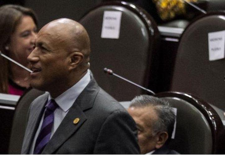 El diputado tuvo que reiterar que su condición no le permite leer algo que no esté acondicionado a su situación. (SDP)