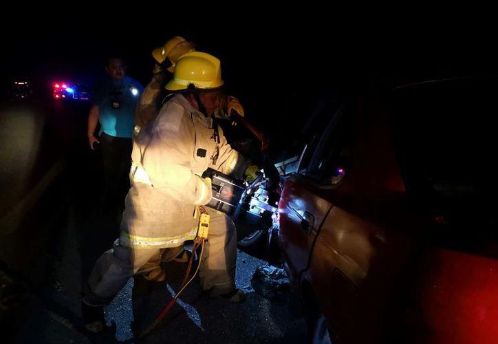 El cuerpo quedó prensado en el automóvil. (SIPSE)