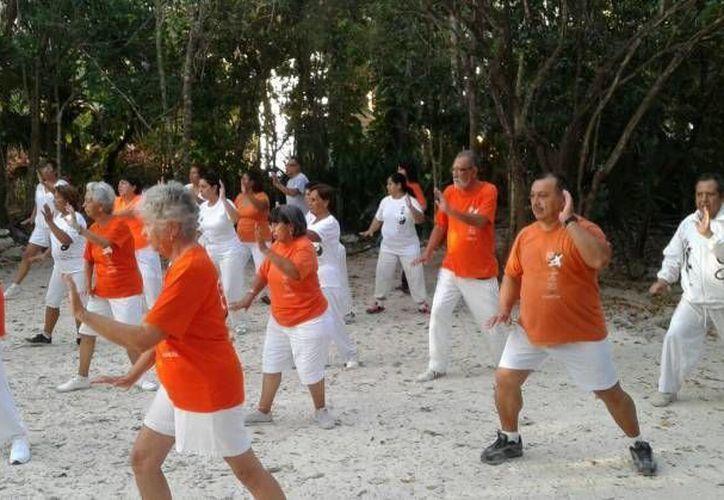 La práctica del Tai Chi ayuda a los adultos mayores a controlar las  emociones, y favorece la longevidad al tener mente y cuerpo sano. (Contexto/SIPSE)