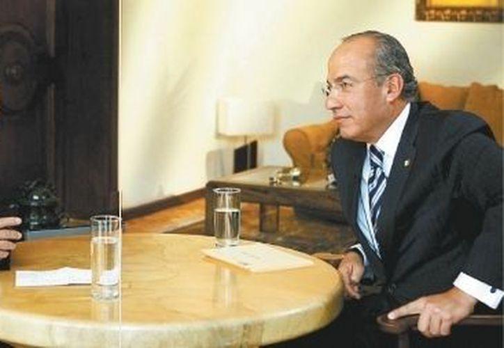 El jefe del Ejecutivon recibió al periodista en una semi desalojada residencia de Los Pinos. (Milenio)
