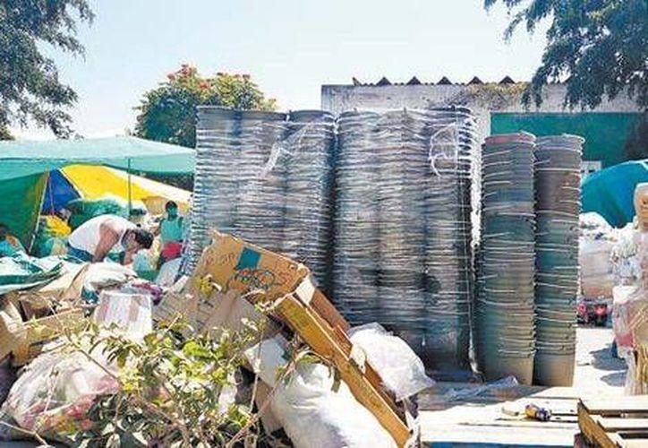 El Contralor General del Estado acusó a los medios de comunicación de manipular las imágenes de las toneladas de víveres halladas en el patio del DIF de Chilpancingo. (Milenio)