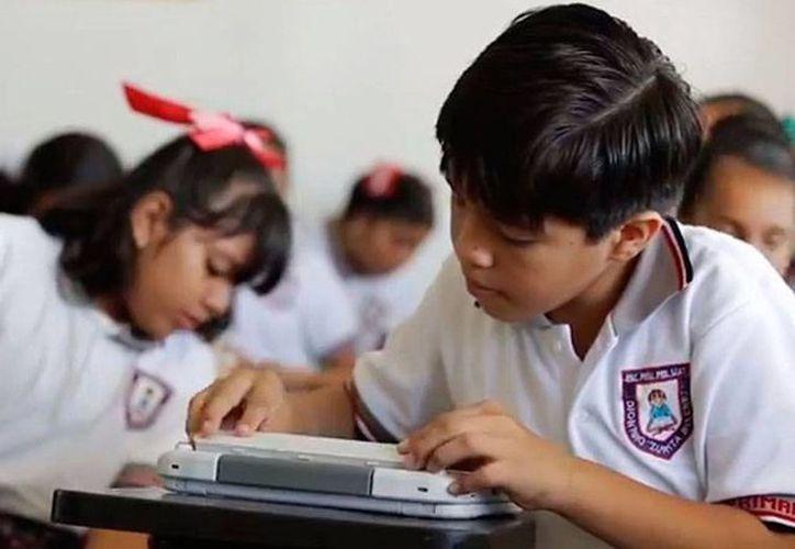 De acuerdo con la subsecretaria de Educación, Alba Martínez Olivé, es positivo que los jóvenes y sus padres de familia utilicen laptops que les regala el gobierno para bajar videos y escucha música. (Imagen de contexto/presidencia.gob.mx)