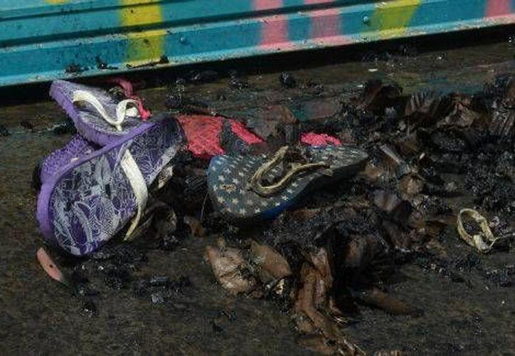 Personal de la PGJDF sigue la investigación para deslindar responsabilidades por el descuido en el manejo de un artefacto pirotécnico, que originó un incendio en una fábrica de sandalias, en la delegación Cuauhtémoc. (Milenio Digital)