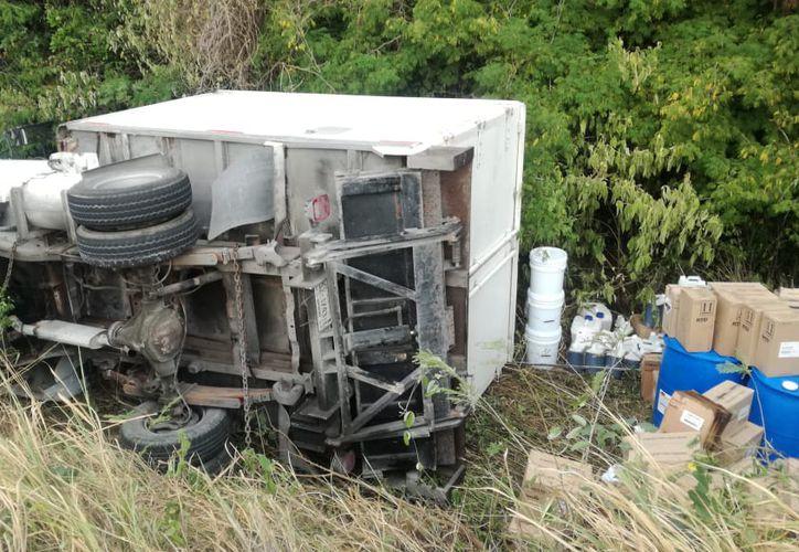 La camioneta quedó de costado entre el barranco y sus ocupantes salieron ilesos del percance. (Redacción/SIPSE)