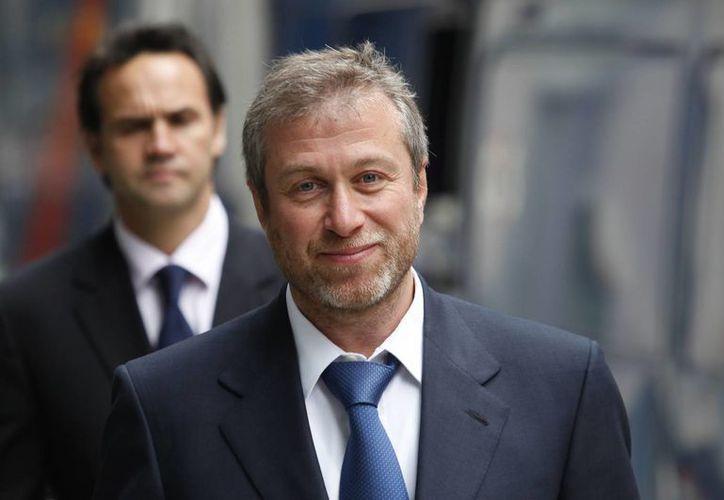 Imagen del 4 de octubre de 2011 del propietario del club de futbol inglés Chelsea, Roman Abramovich, uno de los multimillonarios de Gran Bretaña, según el Sunday bTimes. (Foto de archivo de AP/ Lefteris Pitarakis)