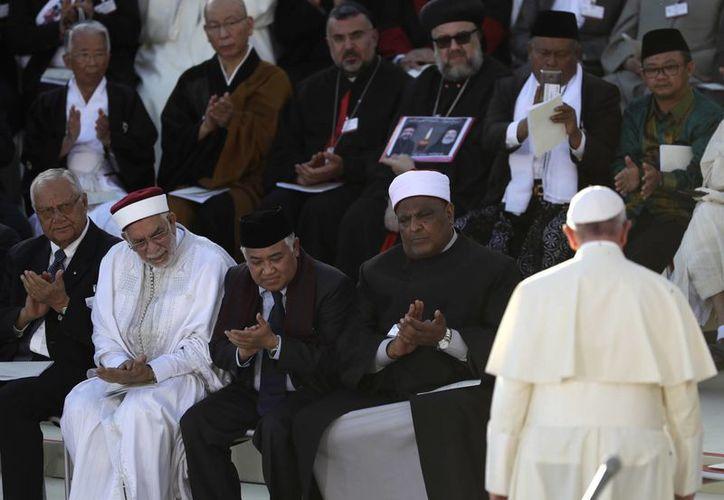 Líderes de diversas religiones acompañaron al Papa Francisco (der. y de espaldas) a la clausura de la cumbre interreligiosa en la Basílica de San Francisco de Asís, en Italia. (AP Photo/Alessandra Tarantino)