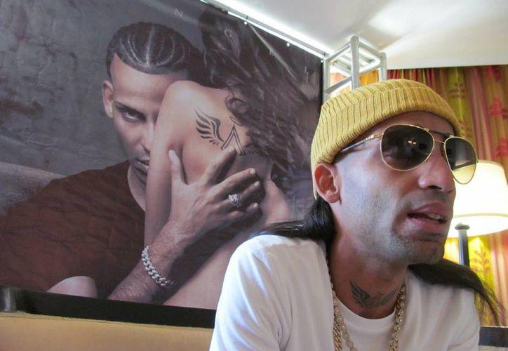Imagen del reguetonero Arcángel durante una entrevista. (Archivo/EFE)