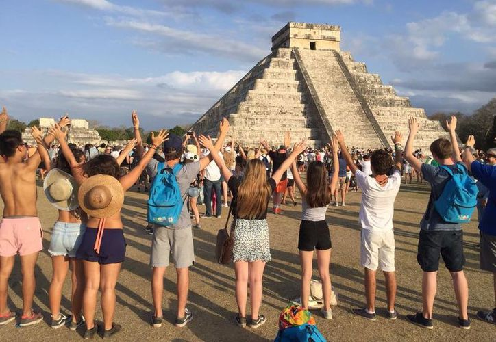 Alrededor de 14 mil personas asistieron a la zona arqueológica de Chichén Itzá para apreciar el espectáculo solar. (Foto: Patricia Itzá/Milenio Novedades)