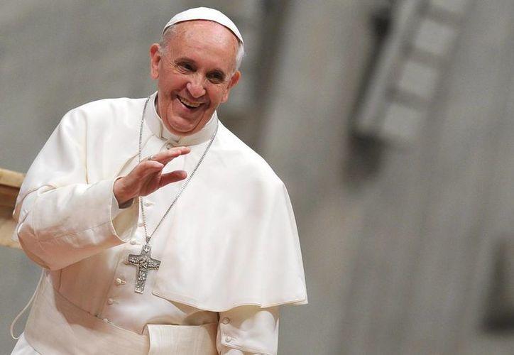 El Papa Francisco saluda a los feligreses el 3 de junio de 2013, después de una misa por el aniversario 50 de la muerte del papa Juan XXIII, en la Basílica de San Pedro. (Archivo/EFE)