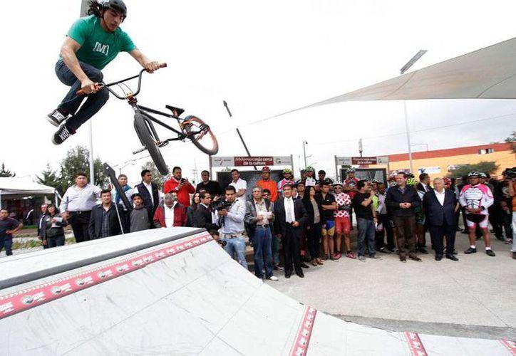 """El secretario de Educación, Emilio Chuayffet, inauguró una ciclopista en el Estado de México. Ahí, dijo que México """"está recuperando el rumbo"""" en materia educativa. (sep.gob.mx)"""