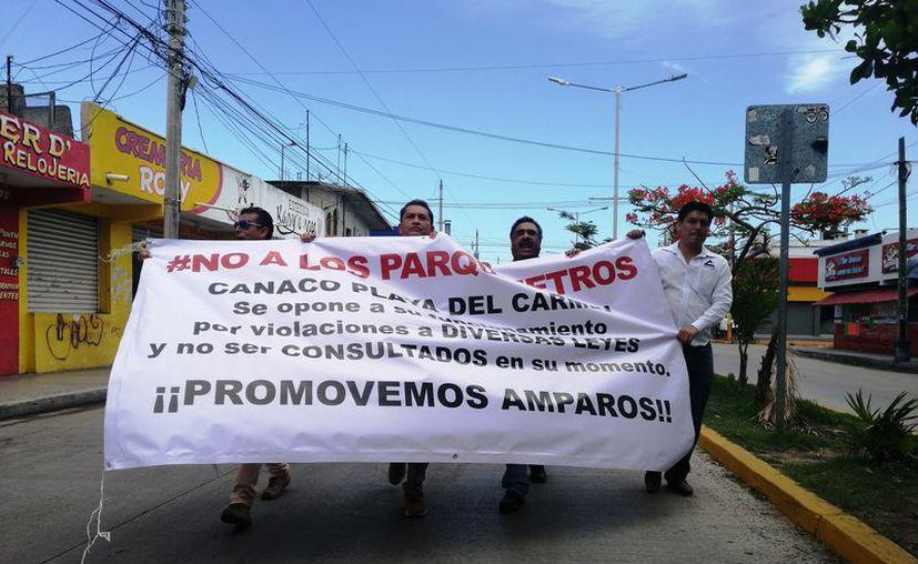 Los manifestantes se reunieron en la colonia Luis Donaldo Colosio Murrieta y luego partieron rumbo al palacio municipal. (Octavio Martínez/SIPSE)