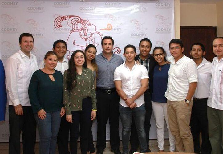 Los estudiantes ganadores en su visita a la Comisión de Derechos Humanos del Estado de Yucatán. (Milenio Novedades)