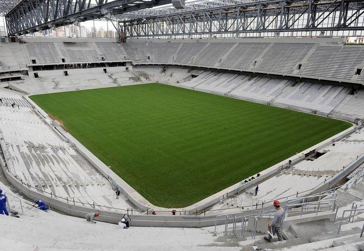 Para terminar las obras del Arena da Baixada, que albergará cuatro partidos del Mundial Brasil 2014, se intensificarán los trabajos con al menos mil 500 operarios a pie de obra, indicaron autoridades de Curitiba. (Agencias)