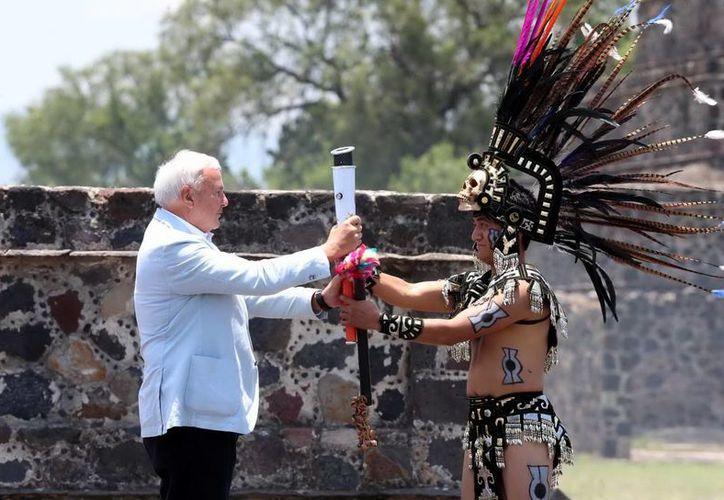 La ceremonia del Fuego Nuevo, rumbo a los Juegos Panamericanos en Toronto, fue presidida en Teotihuacan por el presidente del Comité Organizador de dichos juegos, David Robert Peterson (izquierda). (Notimex)