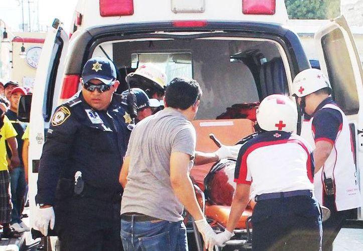 El hombre fue atendido por paramédicos y trasladado a un hospital en estado grave. (SIPSE)