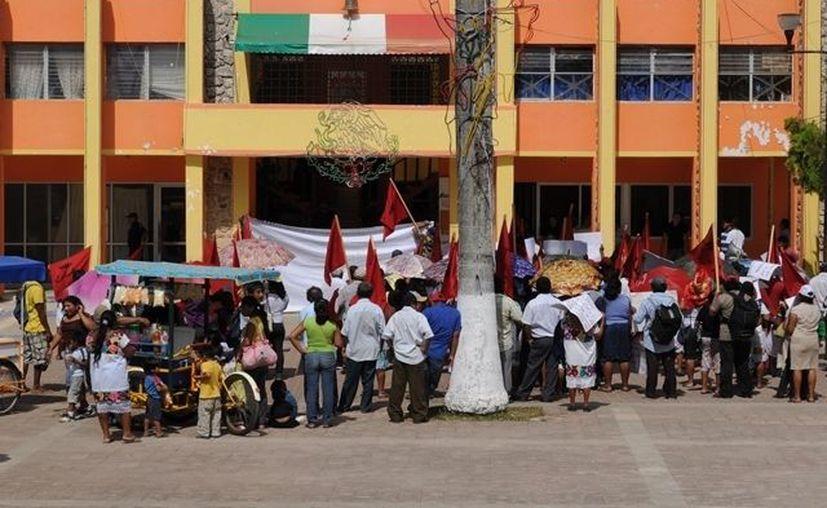 Integrantes de Antorcha Campesina se mantienen en pie de lucha para exigir que sus denuncias sean escuchadas. (Manuel Salazar/SIPSE)