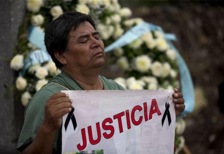 La desaparición de los 43 estudiantes de Ayotzinapa ha sido uno de los golpes más fuertes al gobierno de Peña Nieto. La sociedad mexicana continúa reclamando justicia, a más de un año de los hechos. (AP)