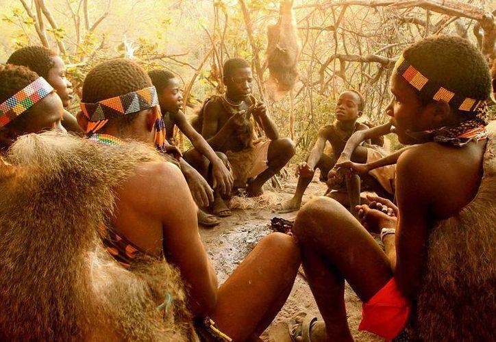 Por la mañana, los niños y los hombres se reúnen en un círculo para afilar sus lanzas caseras, esta es la parte más social de su época.(Stephanie Hunt and Benjamin Hogarth/dailymail.co.uk)