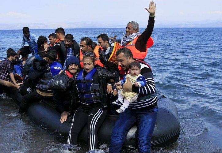 Entre los migrantes que perecieron ahogados en aguas griegas habría cuatro bebés y diez niños. (EFE)