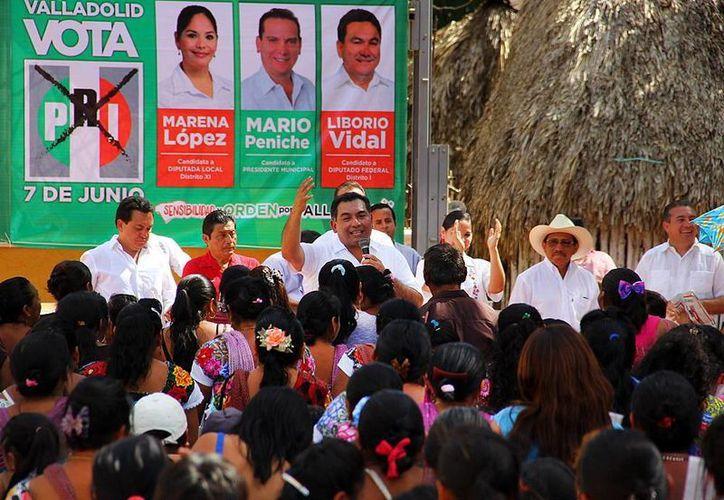 Víctor Caballero Durán durante su visita a Popolá, Valladolid acompañado de los candidatos del PRI a la alcaldía y diputaciones. (Milenio Novedades)