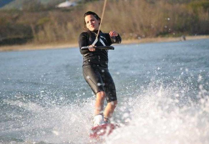 Carolina Rodríguez, practicante de wakeboard, ha tenido que salir adelante tras sufrir lesiones serias, falta de apoyos, machismo, etc. (lookmonterrey.com)