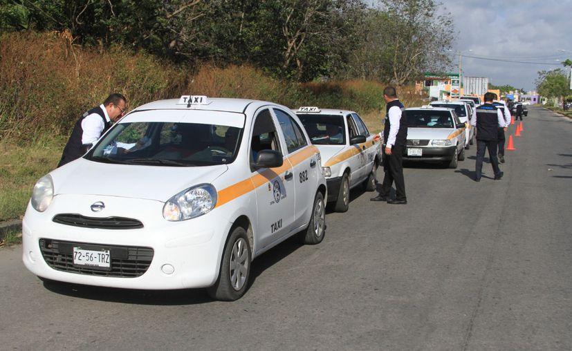 Taxistas de Chetumal se quejan de que el cambio de tarifas no fue la acordada. (Daniel Tejada/SIPSE)