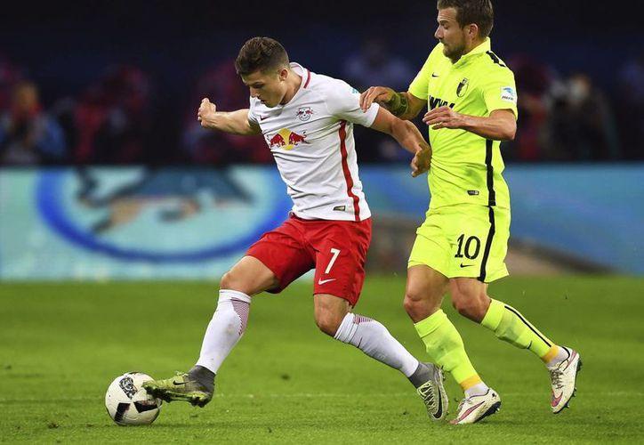 El centrocampista austriaco, Marcel Sabitzer (i) del Leipzig y el centrocampista alemán, Daniel Baier (d) del Augsburgo durante el partido de la Liga Alemana.