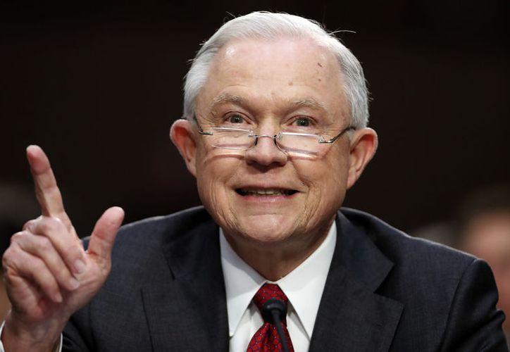 El mandatario estadounidense ha amenazado en varias ocasiones con despedir al fiscal. (Foto: AL.com)