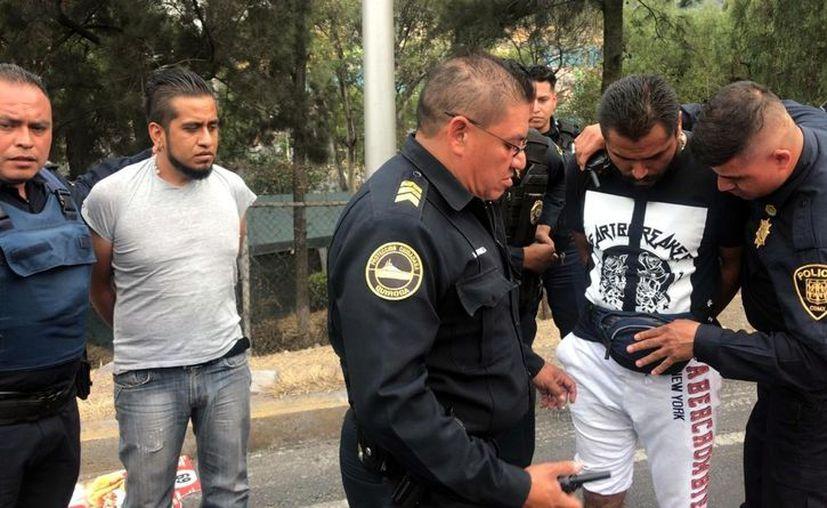 Agentes de la Secretaría de Seguridad Ciudadana (SSC) lograron la detención de dos sospechosos sobre la Avenida Insurgentes Sur. (Foto: Reforma)