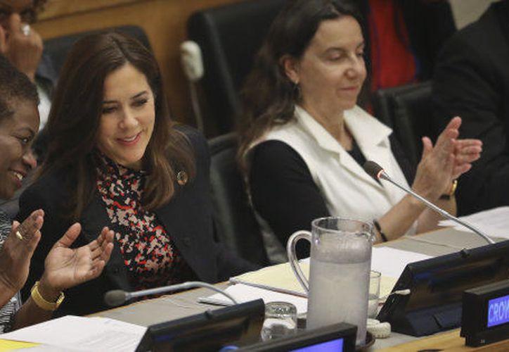 La directora ejecutiva del Fondo de Población de Naciones Unidas, Natalia Kanem (izquierda), conversa con la princesa Mary de Dinamarca en la Asamblea General de la ONU. (Associated Press)