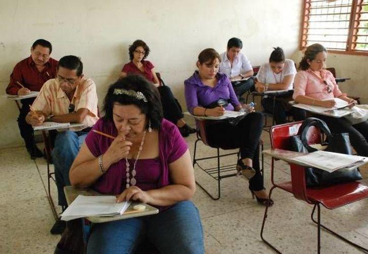Profesores presentaron ayer examen para concursar por un plaza de nivel superior, en donde podrán ganar hasta 64 mil pesos al mes, según cálculos de la Secretaría de Educación Pública. (Archivo/SIPSE)