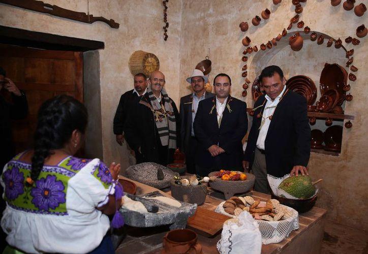 El gobernador yucateco, Rolando Zapata Bello, acompañado de colegas que participaron en la reunión de la Conago en Michoacán. (Cortesía)