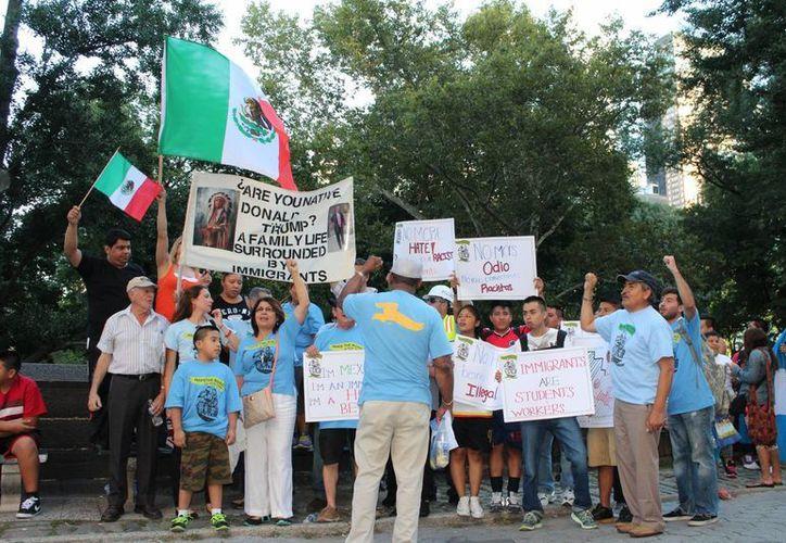 Un grupo de personas, entre ellas de México, se manifiesta en Nueva York en repudio de los comentarios de Donald Trump contra los inmigrantes. Según el Centro Pew, la llegadas de mexicanos a ese país ha descendido en los últimos años. (Archivo/Notimex)